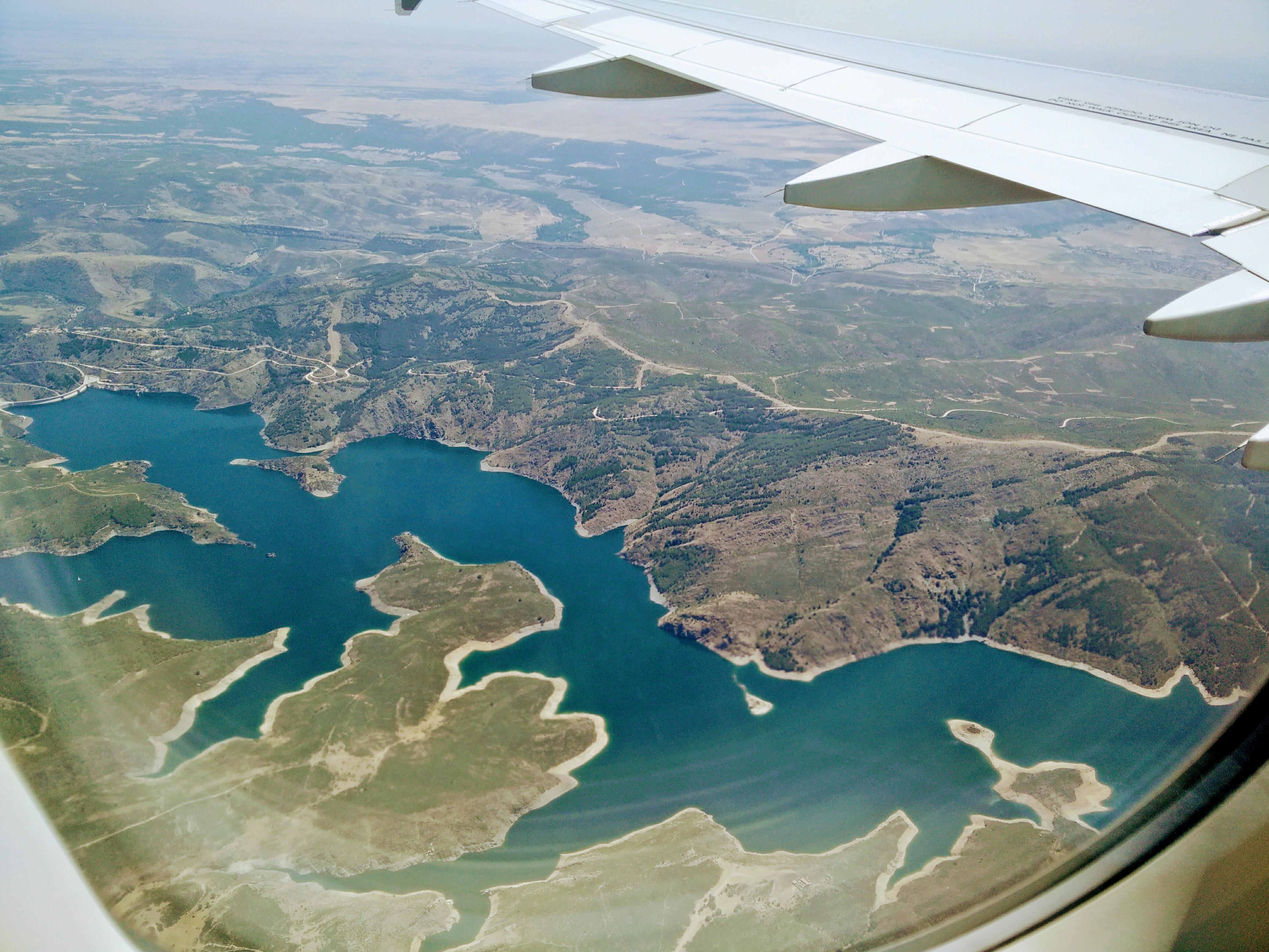 vista del embalse de Madrid desde el cielo, superando el miedo a volar - los viajes de margalliver